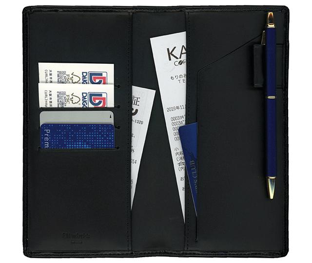 名刺やカード、領収書などを入れるのに便利なポケットが付いています。
